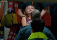 κοπέλα μεταφέρεται στο νοσοκομείο