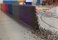 Η καταστροφή του κόσμου σε ... 125.000 τουβλάκια Domino!