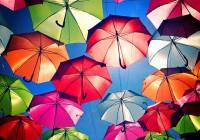 Πορτογαλία | Πανδαισία χρωμάτων από ομπρέλες καλύπτει πεζόδρομο