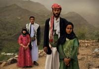 Η φωτογραφία της Stephanie Sinclair διακρίθηκε στην κατηγορία Contemporary Issues Stories. Απεικονίζονται η 6χρονη Tahani (με το ροζ φόρεμα) με τον άντρα της και η πρώην συμμαθήτριά της Ghada, επίσης με τον άντρα της, έξω από τα σπίτια τους στην Hajjah της Υεμένης.