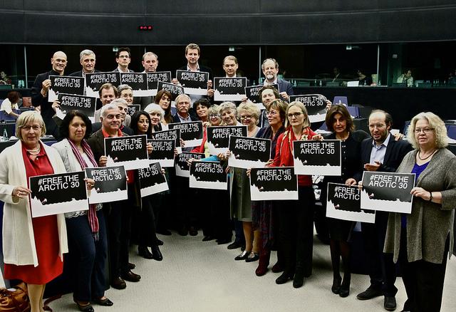 Την άμεση αποφυλάκιση 30 ακτιβιστών της Greenpeace ζητούν οι Πράσινοι