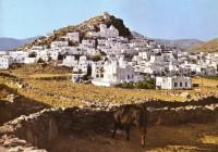Μια φωτογραφία της Μυκόνου από το 1975 που αναφέρει πως σε αυτό το νησί συμβαίνουν από τότε τα μεγαλύτερα πάρτυ