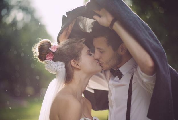 Αυτά τα ζευγάρια παντρεύτηκαν στη βροχή και ήταν υπέροχα