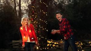 Outdoor-Light-Christmas-Photo-Ideas-For-Couple
