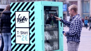 vending-machine-social-experiment-2-euro-t-shirt-fashion-revolution-22