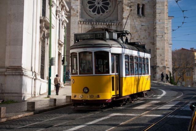 Lisbon_tram_next_to_Lisbon_Cathedral